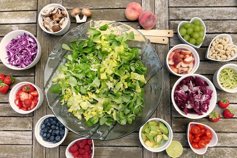 איך תזונה משפיעה על בריאות הפה והשיניים שלנו